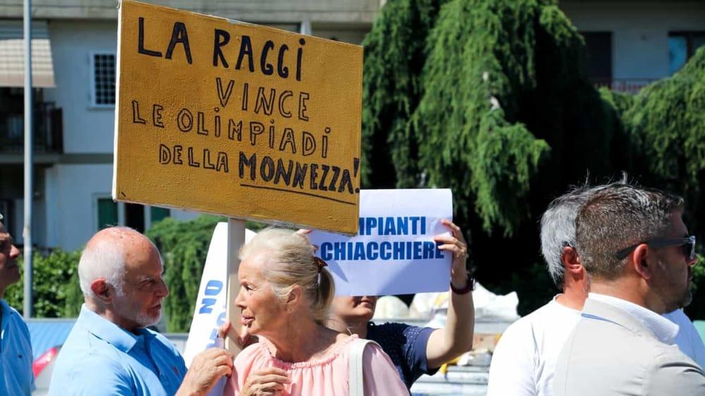 """Roma Nord protesta contro rifiuti e isola ecologica chiusa: """"Raggi vince le Olimpiadi della monnezza"""""""