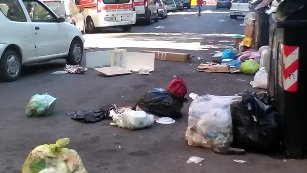 Roma Lercia, periferie in rivolta: anche Casal Bruciato si ribella alla Raggi, rifiuti in strada