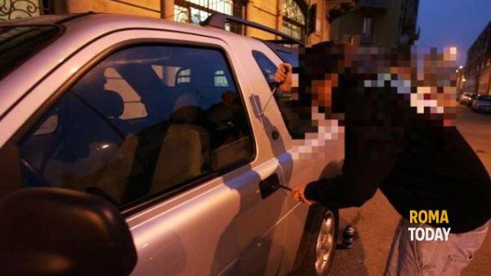 San Lorenzo, ruba in un'auto in sosta: bloccato il ladro