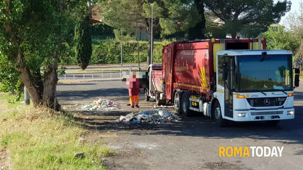 """A Saxa Rubra il trasbordo dei rifiuti, c'è l'ordinanza della Sindaca. E Raggi ammette: """"In città situazione critica"""""""