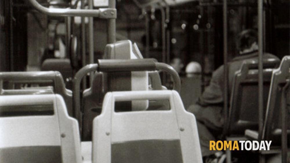 Palpeggia minorenne inseguendola nel bus vuoto: arrestato maniaco