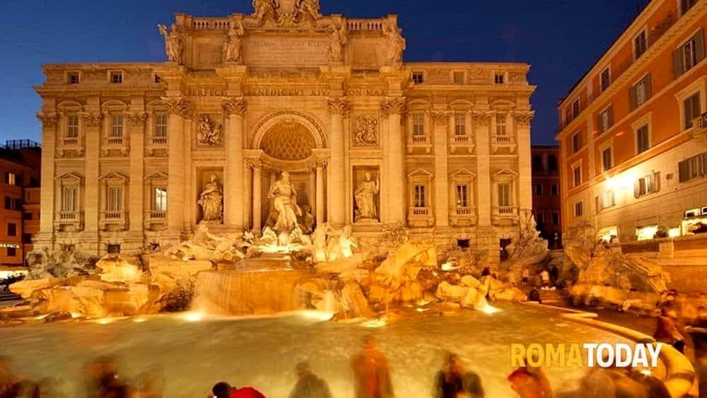 Bagno nella fontana di trevi coppia di turisti multata di 900 euro - Bagno fontana di trevi ...