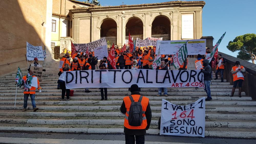 d4b855aea9 Roma Metropolitane, lavoratori protestano in Campidoglio: