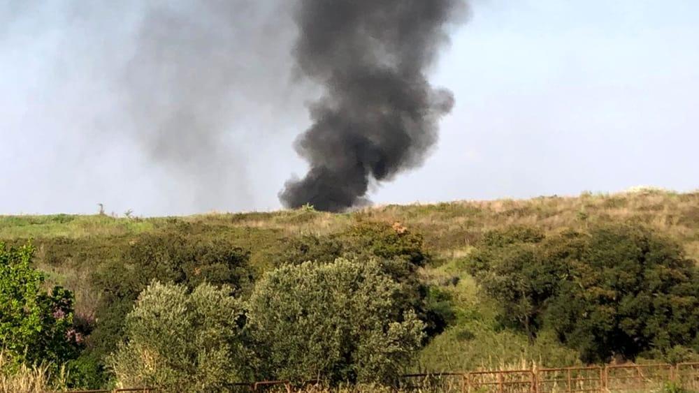 Incendio in via Candoni: vigili del fuoco impegnati a spegnere il rogo