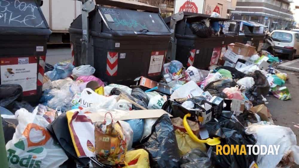 http://www.romatoday.it/~media/horizontal-hi/33618890052047/rifiuti-via-caffaro-27-12-2018-2.jpg