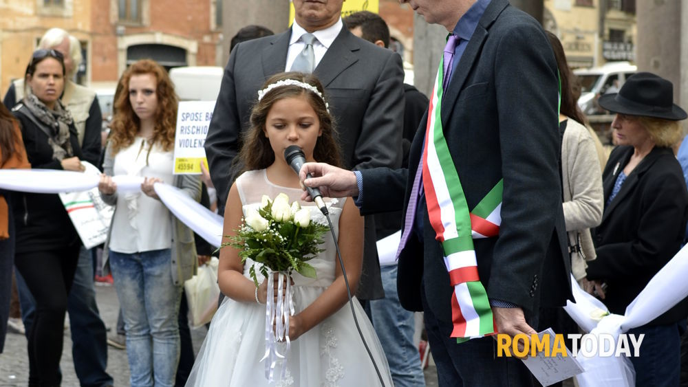 Matrimonio Romano Versione Latino : Pantheon bimba di anni sposa un uomo amnesty