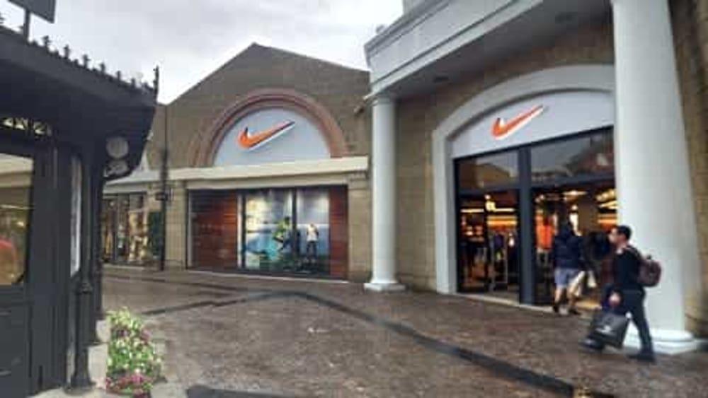 quite nice 287e0 b7e90 Castel Romano: finte clienti saccheggiano negozio Nike ...
