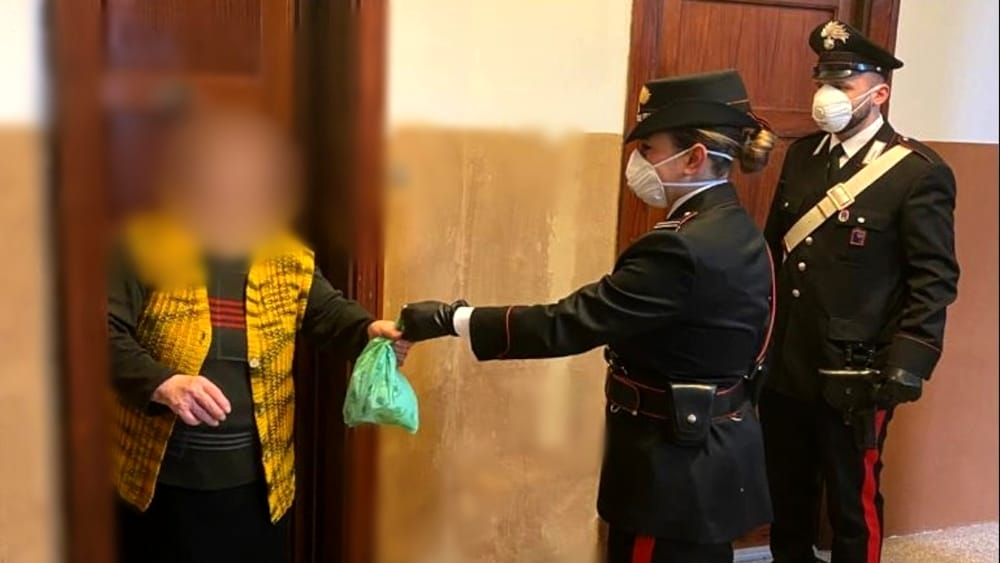Garbatella, carabinieri acquistano farmaci ad anziana e li consegnano a domicilio