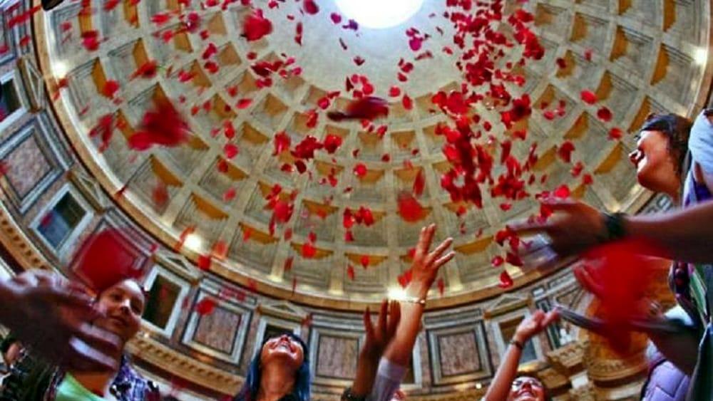 Risultati immagini per pentecoste pioggia di rose al pantheon ?