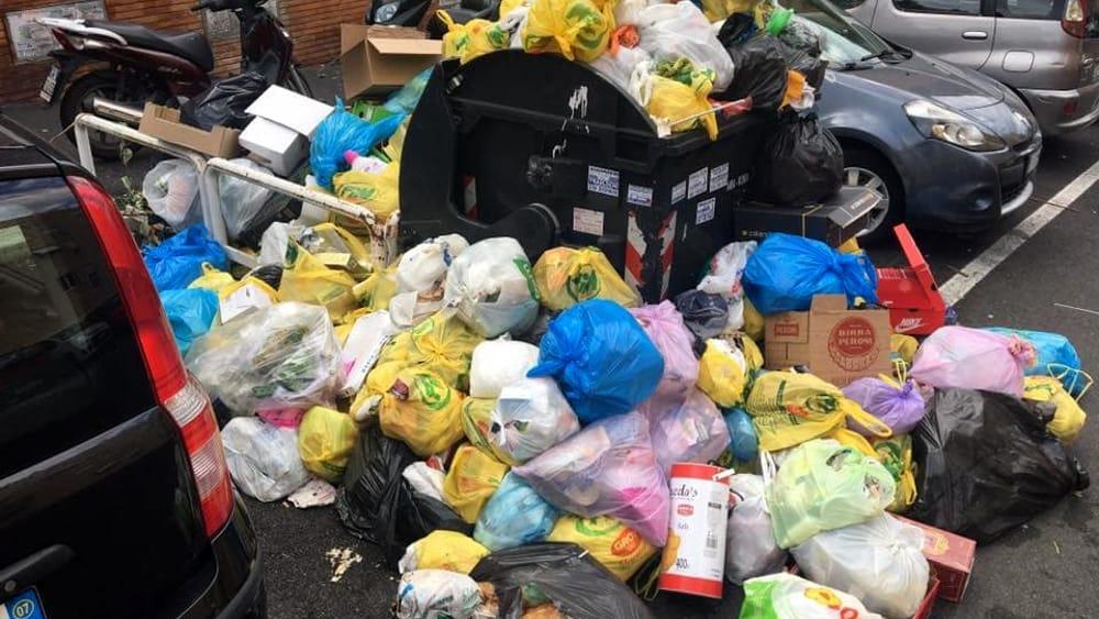 Getta rifiuti, ma il sacco è nero e non trasparente: multato per aver violato l'ordinanza Raggi