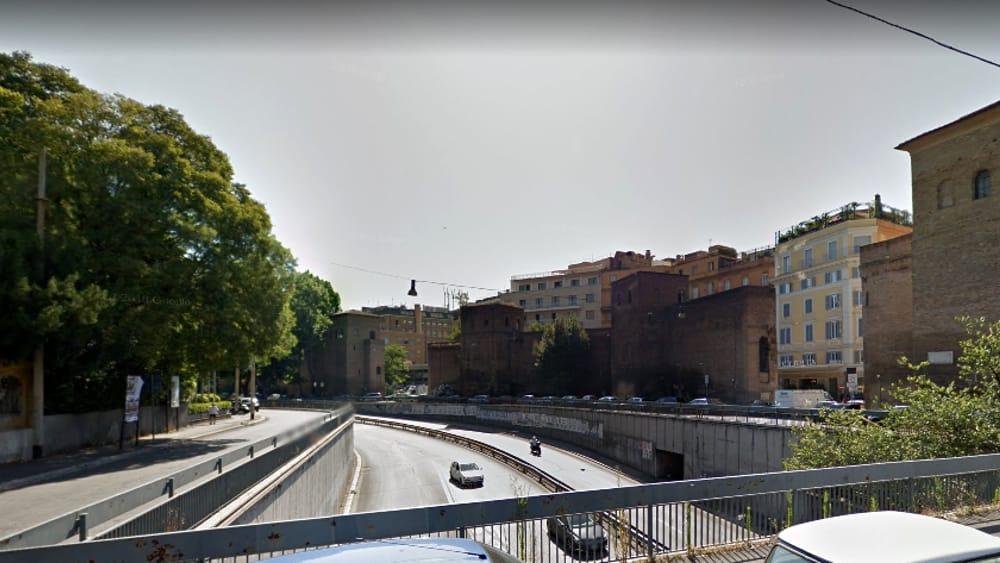Muro torto sassi contro le auto dal cavalcavia di corso d for Corso di arredatore d interni roma