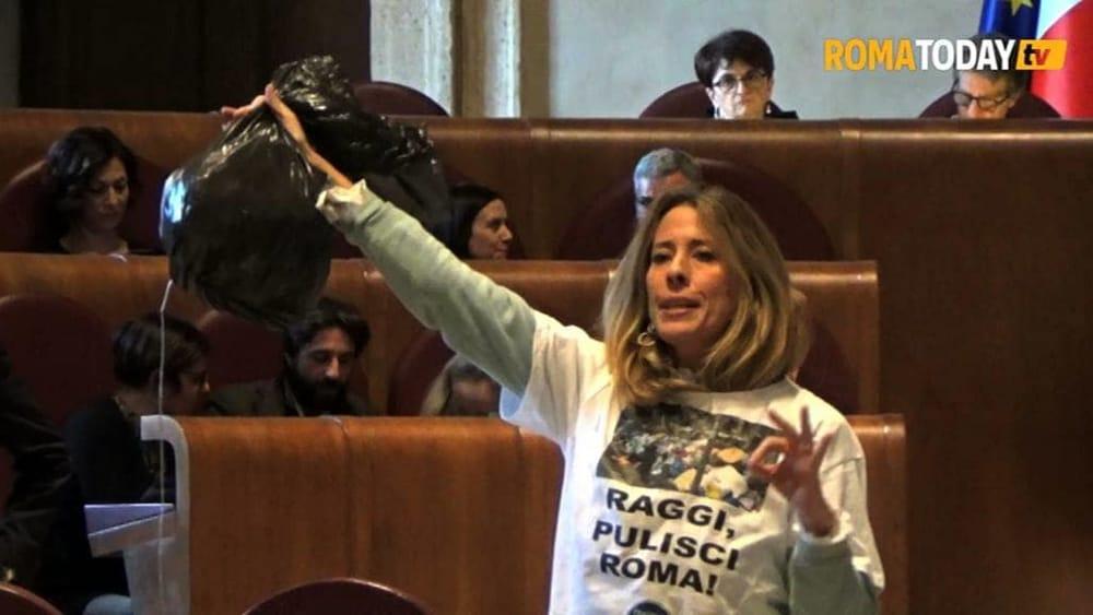 VIDEO | Rifiuti, urla e contestazioni al consiglio straordinario. I cittadini del Salario ?chiusi? nella sala del Carroccio