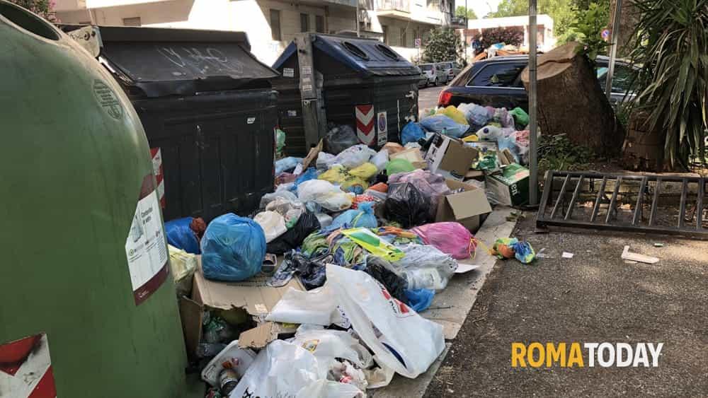 """Roma lercia, l'Espero soffoca tra i rifiuti e """"denuncia Ama"""". A Talenti blocchi stradali con i cassonetti"""