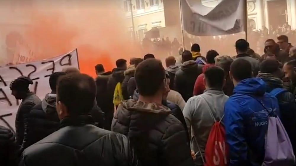 Pescatori in protesta a roma bombe carta esplose a piazza for Montecitorio oggi