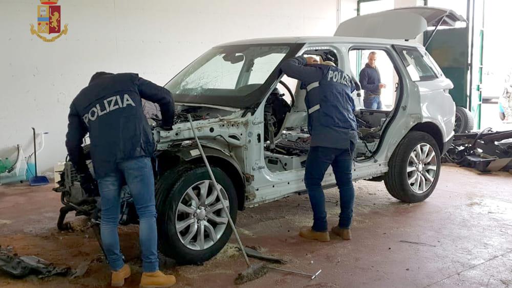 Sequestrato deposito per cannibalizzare le auto rubate, trovata una Mercedes spogliata