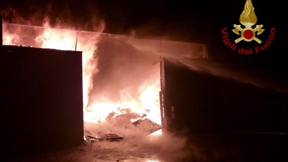 Incendio a Magliana Vecchia: in fiamme magazzino di 600 metri quadri