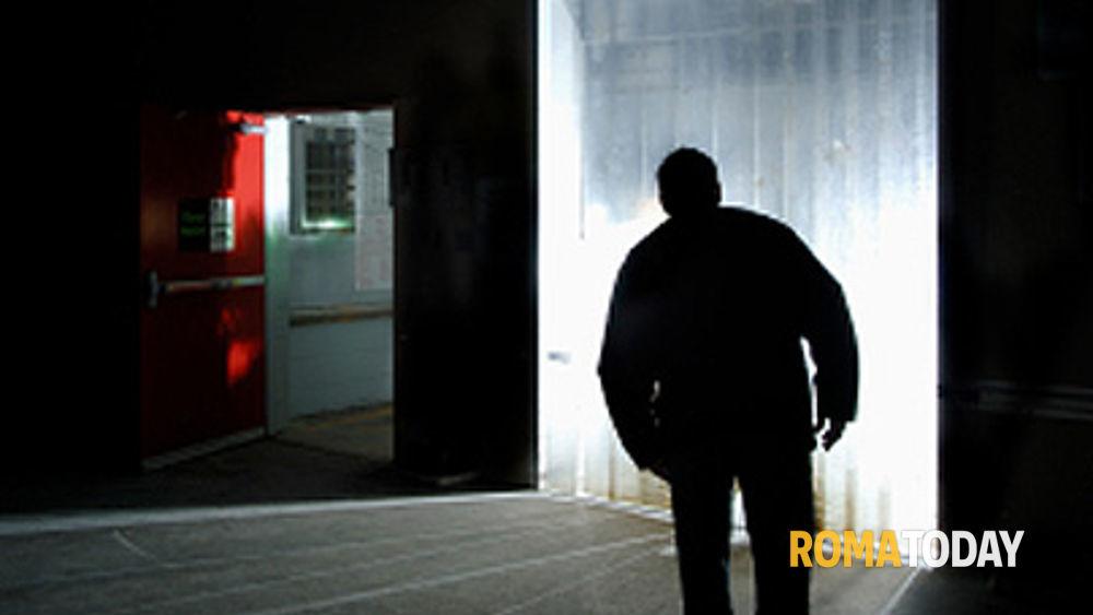 Casal de Pazzi, esce di casa e prende a calci la porta dell'appartamento della sua ex: arrestato