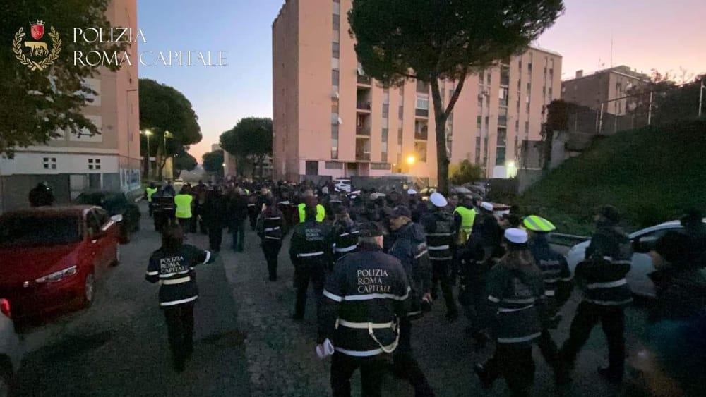 Blitz a San Basilio: controlli agli assegnatari delle case popolari, 200 agenti fra le strade del quartiere