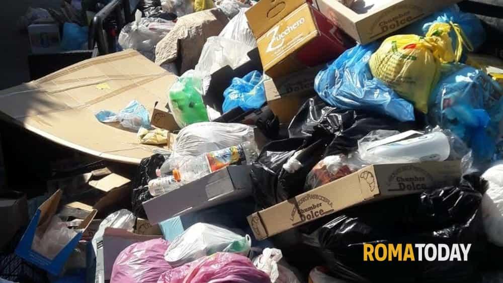 Emergenza rifiuti, prove di pace tra Comune e Regione: l'ordinanza funziona, Ama al lavoro
