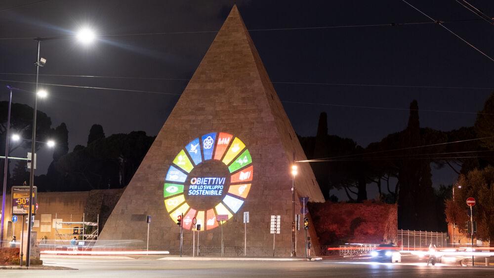 Acea illumina la Piramide con i simboli degli obiettivi di sviluppo sostenibile Onu dell'agenda 2030